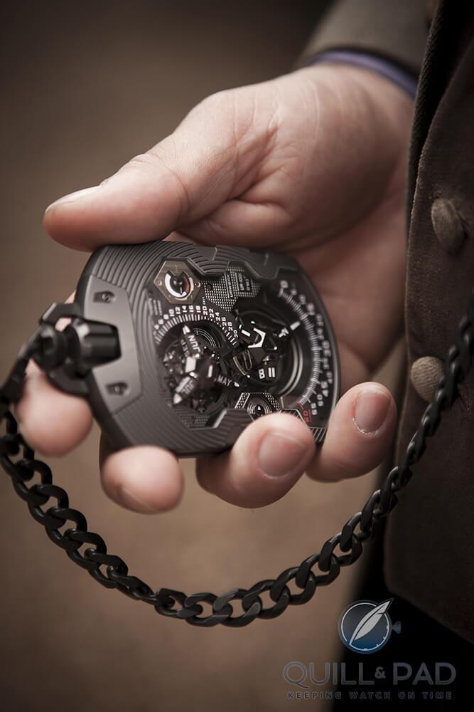 Urwerk UR-1001 Zeit Device in the hand
