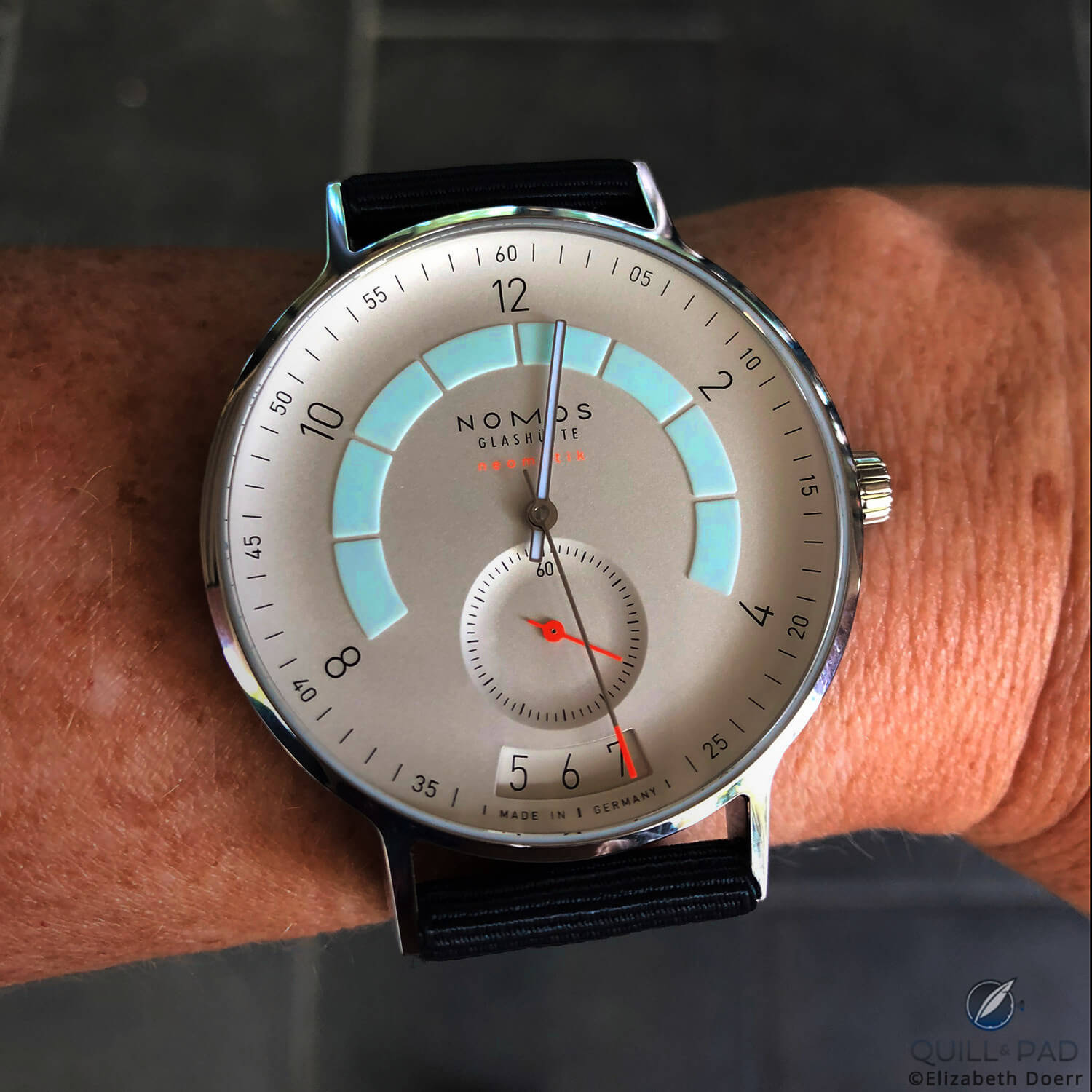 The lights only start to go down and the lume already starts to come up: Nomos Glashütte Autobahn, what a sleeper